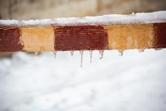 Барьер заграждения покрытый с льдом стоковые изображения
