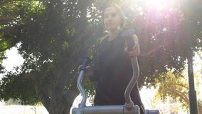 Бег на день оборудования тренера улицы солнечный стоковая фотография rf