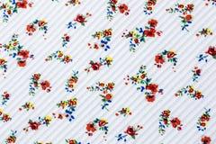 Безшовный цветочный узор в белой Striped предпосылке текстуры на ткани иллюстрация вектора