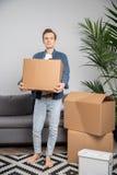 Без сокращений фото человека с картонной коробкой в руках стоковое фото rf