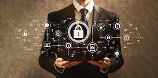 Безопасность кибер при бизнесмен держа планшет стоковое фото