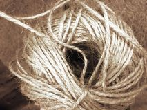 Белая веревочка и текстурировать - спиральную белую веревочку на сильно текстурированной деревянной предпосылке Морск тематически стоковое фото rf