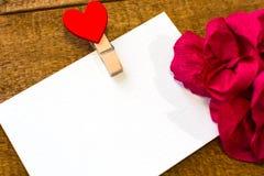 Белая карта с бумажные цветки для того чтобы установить текст стоковая фотография