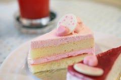 белизна клубники торта предпосылки служят плитой, котор стоковые изображения rf
