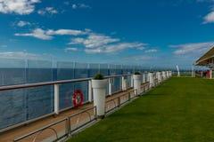 Белые баки и стеклянные форточки на борту круиза затмения знаменитости стоковые фото
