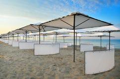 Белые зонтики и шезлонги на пляже моря Курорты, каникулы и seascapes стоковое фото rf