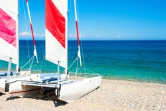 Белые плавая катамараны на пляже стоковые изображения rf