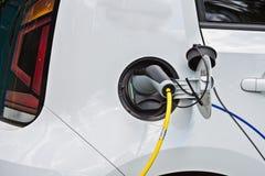 Белый автомобиль, электрический автомобиль поручает стоковые изображения
