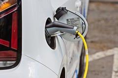 Белый автомобиль, электрический автомобиль поручает стоковые изображения rf