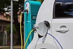 Белый автомобиль, электрический автомобиль поручает стоковое изображение