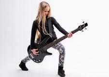 Белокурая длинная с волосами девушка басовый гитарист стоковые фотографии rf