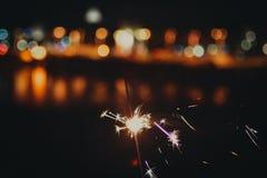 Бенгальский огонь против citylights стоковое фото