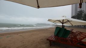 Берег моря на дождливой погоде, волнах ветра и дожде, видео hd видеоматериал