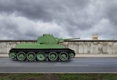 Берлинская стена с русскими танком и сторожевой башней стоковые изображения rf