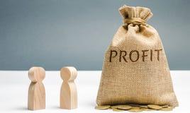 2 бизнесмена обсуждают выгоду компании Поиск для источников финансирования Планированиe бизнеса Распределение цен стоковое фото rf
