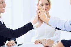 Бизнесмены счастливой показывая сыгранности и давать 5 показывая единств и партнерство Концепции успеха и приятельства стоковое фото rf