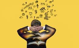 Бизнесмен вида сзади задней части двойной экспозиции который думает и идея на желтой предпосылке, со значками дела и социальными  стоковая фотография