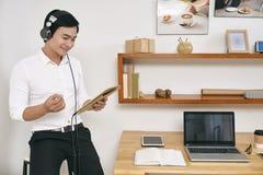 Бизнесмен имеет разговор онлайн стоковые изображения