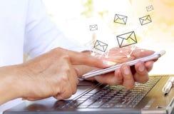 Бизнесмен используя мобильный телефон с применением электронной почты стоковое фото