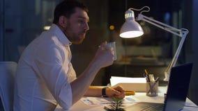 Бизнесмен с бумагами и офисом кофе вечером акции видеоматериалы