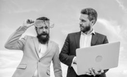 Бизнесмен с компьтер-книжкой серьезной пока стекла делового партнера смешные смотрят смешными Как предпринимательство игры стопа стоковое фото