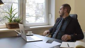 бизнесмен работая на ноутбуке в офисе звоня телефонный звонок нервный и сердитый акции видеоматериалы