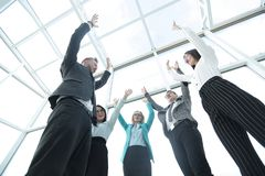 Бизнес-группа с их руками в воздухе стоковые фотографии rf