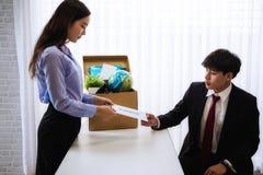 Бизнес-леди отправляя письмо для безропотности для того чтобы хозяйничать с картонной коробкой в столе на офисе Концепция отказыв стоковая фотография