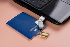 биометрический пасспорт Электронный контроль над гуманностью стоковые изображения rf