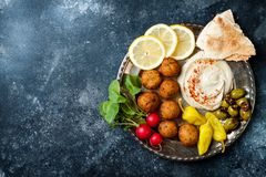 Ближневосточный диск meze с falafel, питой, hummus, соленьями, редисками Среднеземноморская или греческая партия закуски стоковое изображение