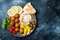 Ближневосточный диск meze с falafel, питой, hummus, соленьями, редисками Среднеземноморская или греческая идея партии закуски стоковая фотография