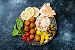 Ближневосточный диск meze с falafel, питой, hummus, соленьями, редисками Среднеземноморская или греческая идея партии закуски стоковые изображения rf