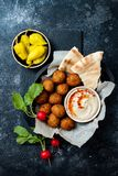 Ближневосточный традиционный обедающий Подлинная арабская кухня Еда партии Meze Взгляд сверху стоковые изображения