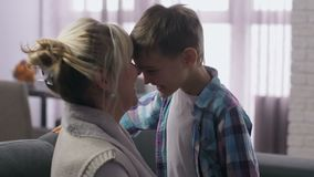 Близкая поднимающая вверх мама с сыном имея носы потехи тереть сток-видео