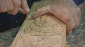 Близкая поднимающая вверх съемка рук деревянного гравера акции видеоматериалы