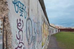 Близкий взгляд исторической Берлинской стены Германии стоковая фотография