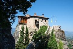 Близкий взгляд небольшого St Barbarain и mauntains Rousanou монастыря утеса meteora Греции стоковое изображение rf