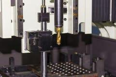 Близкий поднимающий вверх карбид вставки на конце бурового наконечника на автоматической сверля машине на мастерской стоковые фотографии rf