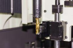 Близкий поднимающий вверх карбид вставки на конце бурового наконечника на автоматической сверля машине на мастерской стоковое изображение rf