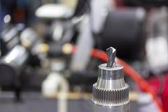Близкий поднимающий вверх конец бурового наконечника на мастерской стоковое изображение rf