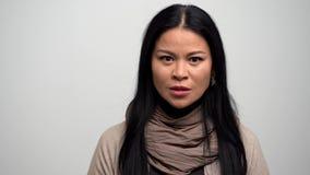 Близкий поднимающий вверх портрет весьма сердитой женщины сток-видео