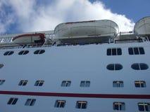 Близкий поднимающий вверх док туристического судна на порте со шлюпкой и спасательным плотом жизни стоковые изображения