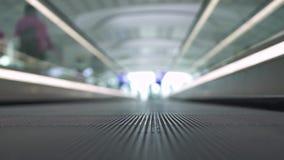 Близкое поднимающее вверх travolator в современных деловом центре, торговом центре или аэропорте Двигая travolator в современном  видеоматериал