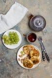 Блинчики с карамелькой и гайками с виноградиной и чаем стоковое фото rf