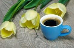 Букет и чашка кофе тюльпаны кофейной чашки Взгляд сверху кофе и примечание я тебя люблю Надпись я тебя люблю Скопируйте Spac стоковые изображения