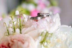 Букет свадьбы с кольцами на верхней части от взгляда со стороны стоковое изображение