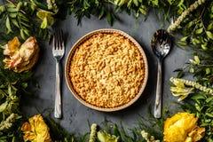 Букет ярких цветков и яблочного пирога лежа на серой предпосылке Плоское положение Взгляд сверху стоковое изображение rf