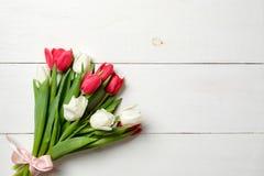 Букет тюльпанов на белом деревянном столе, космосе экземпляра для текста Модель-макет на праздники весны, Inte знамени приглашени стоковое изображение rf