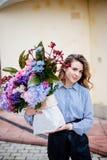 Букет цветков в сумке стоковое фото rf