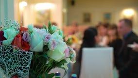 Букет цветков в ресторане сток-видео